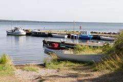 Vissershaven met kleine laarzen Stock Afbeelding