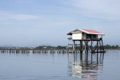 Vissershuis in het overzees wordt gevestigd die Royalty-vrije Stock Afbeeldingen