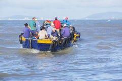 Vissersmens die aan boot werken Stock Fotografie