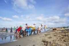 Vissersmens die aan de de vissenmarkt van strand dichtbij Lange Hai werken Royalty-vrije Stock Foto's