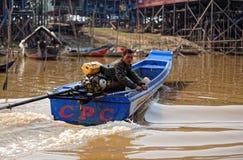 Vissersroeien, Tonle-Sap, Kambodja stock afbeeldingen