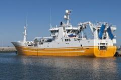 Vissersvaartuig bij Haven Stock Foto