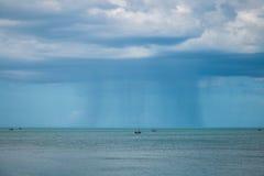 Vissersvaartuig onder onweer met grote golven in onweer en het regenen Stock Afbeelding