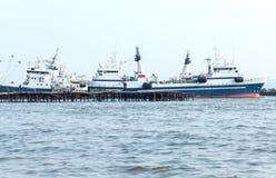 Vissersvaartuigen bij een meertros Stock Afbeeldingen