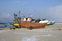 Vissersvaartuigen op strand Royalty-vrije Stock Afbeeldingen