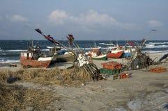 Vissersvaartuigen op strand Royalty-vrije Stock Afbeelding