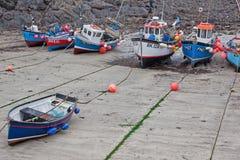 Vissersvloot aan wal bij hoogtijd Royalty-vrije Stock Foto
