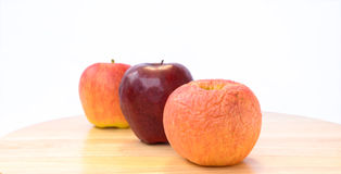 Visset äpple framme av det nya äpplet. Royaltyfri Bild