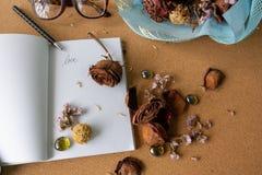 Visset torka rosa på vitbokboken Royaltyfria Bilder