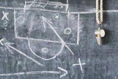 Vissling av en fotbolldomare/lagledare, Fotografering för Bildbyråer