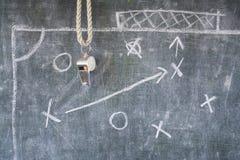 Vissling av fotboll- eller fotbolldomaren Arkivbild