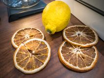 Vissna citronen med skivan arkivbilder