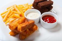 Vissticks met frieten op een witte plaat stock afbeeldingen