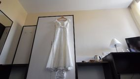 Vist在挂衣架的婚礼礼服 影视素材