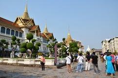 Vist туристов грандиозный дворец в Бангкоке, Таиланде Стоковая Фотография