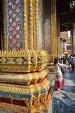 Vist туристов грандиозный дворец в Бангкоке Стоковые Изображения RF