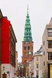 Vista à antiga igreja de São Nicolau em Copenhaga no inverno imagem de stock royalty free