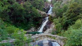 Vista à cachoeira amasing nas montanhas vídeos de arquivo