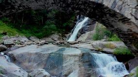 Vista à cachoeira amasing nas montanhas video estoque