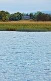 Vista à casa irlandesa no rio Shannon fotos de stock