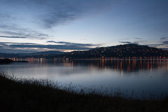 Vista à cidade da noite no monte com luzes da costa Imagens de Stock Royalty Free