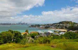 Vista à cidade de Auckland e Mt Victoria Devonport da cabeça norte Auckland Nova Zelândia imagem de stock royalty free