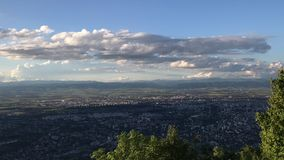 Vista à cidade de Sófia do monte de Kopitoto, montanha de Vitosha, Bulgária Vídeo do lapso de tempo filme