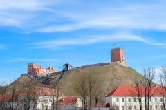 Vista à cidade de Vilnius com torre de Gediminas e ao monte do castelo de Gediminas em Lituânia imagens de stock royalty free