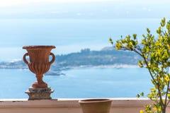 Vista à costa de mar de um balcão em Taormina, Itália, com Fotografia de Stock