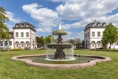 Vista à fonte na frente do castelo Phillipsruhe em Hanau Imagens de Stock Royalty Free