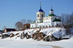 Vista à igreja ortodoxo do ` de St George do ` do russo na vila de Sloboda Fotos de Stock Royalty Free