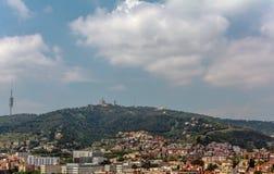Vista à montanha de Tibidabo com a igreja e o Amuseme do núcleo de Sagrat fotos de stock