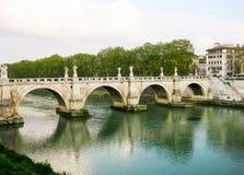 Vista à ponte de Hadrian sobre Tibre em Roma fotografia de stock
