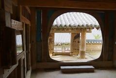 Vista à porta da entrada do templo de Haeinsa em Chiin-Ri, Coreia imagens de stock