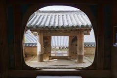 Vista à porta da entrada do templo de Haeinsa em Chiin-Ri, Coreia imagem de stock
