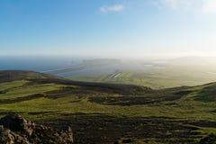 Vista à praia de Reynisfjara e às pedras de Dyrholaey Imagens de Stock Royalty Free