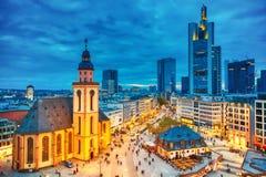 Vista à skyline de Francoforte iluminado - são - principal durante o por do sol crepuscular Igreja do St Catherine e o protetor p foto de stock royalty free