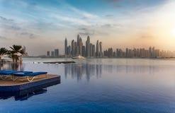 Vista à skyline do porto de Dubai durante o por do sol Imagem de Stock Royalty Free