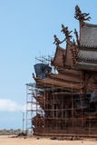 Vista à terra do local da restauração no exterior do lado do santuário da verdade, Tailândia Fotografia de Stock