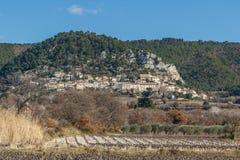 A vista à vila e à uva medievais de Seguret enfileira, Provence imagem de stock