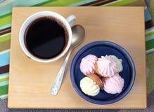 Vista à xícara de café e aos biscoitos imagem de stock