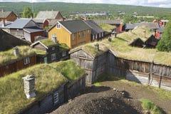 Vista às casas tradicionais da cidade das minas de cobre de Roros, Noruega foto de stock royalty free