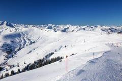 A vista às montanhas e ao esqui alpinos inclina-se em Áustria da estância de esqui de Kitzbuehel Foto de Stock