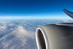 Vista às nuvens através da janela dos aviões Imagens de Stock