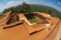 Vista às ruínas antigas do palácio sobre o penhasco em Sigiriya, Sri Lanka fotos de stock