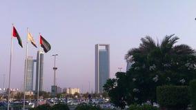 Vista épica de las torres de la ciudad de Abu Dhabi - bandera de Marina Mall - de United Arab Emirates almacen de metraje de vídeo