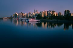 Vista épica del horizonte del ` s de Vancouver de Stanley Park foto de archivo