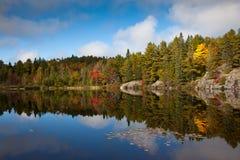 Vista épique d'automne de lac fishing Photo stock