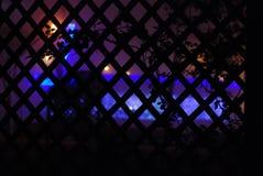 Vista única de las farolas violetas y azules Fotos de archivo