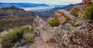 Vista βουνών ερήμων επάνω από το κακό νερό στοκ φωτογραφία